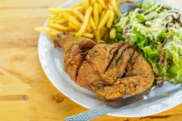 Salade de poulet et légumes frits