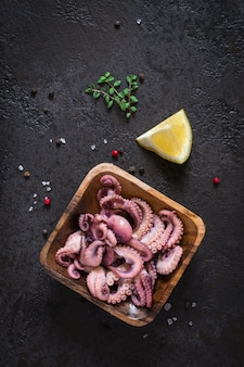 Salade de poulpe de bébé de fruits de mer dans un bol en bois. vue de dessus.