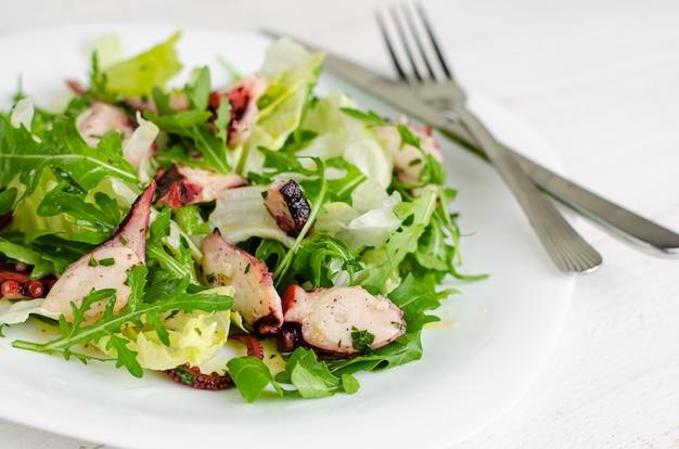 Salade de poulpe sur plaque blanche
