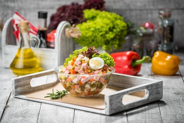 Salade printanière aux épinards, oeuf, jambon