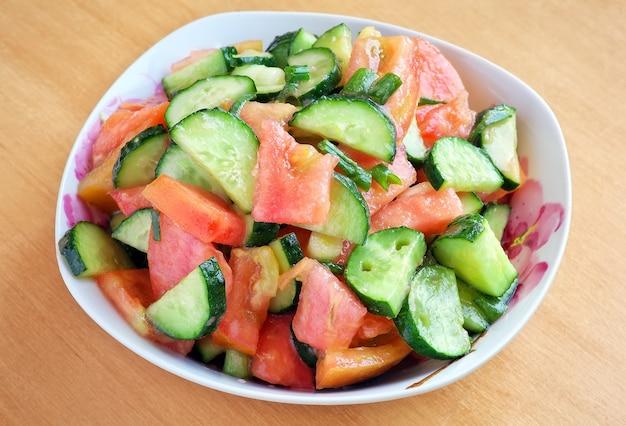 Salade printanière aux tomates, oignons verts et concombre