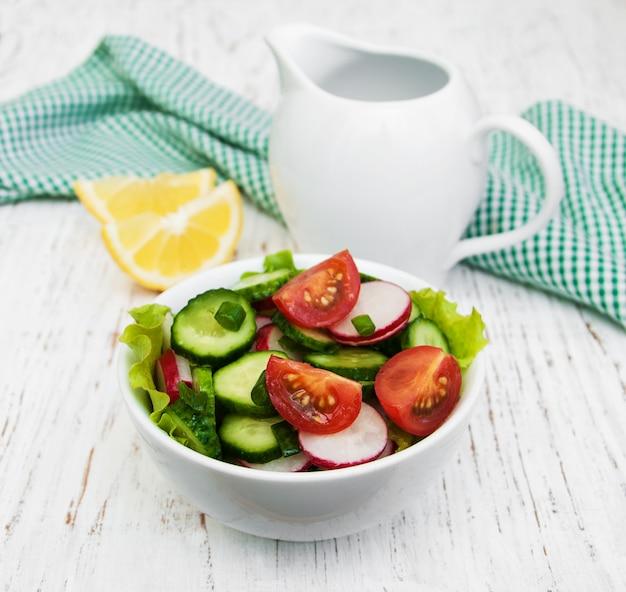 Salade printanière à la tomate, concombre et radis