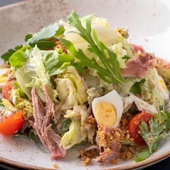 Salade à la pulpe de canard et légumes. fermer
