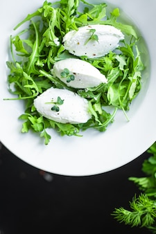 Salade quenelle fromage à la crème laitue verte feuilles cuenelle pétales mélange tendance régime céto ou paléo nourriture végétarienne