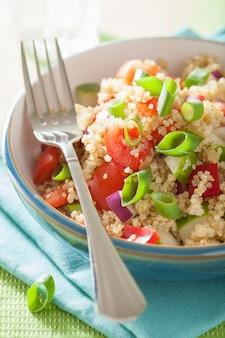 Salade de quinoa saine avec ciboulette tomate concombre oignon