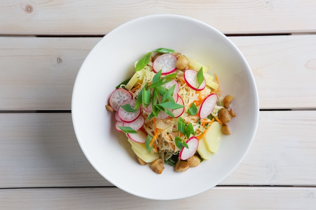 Salade de radis, chou, champignons et pomme de terre. vue de dessus.
