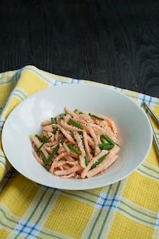 Salade de radis daikon, oignons verts, miel et poudre de piment rouge. salade asiatique. mise à plat.