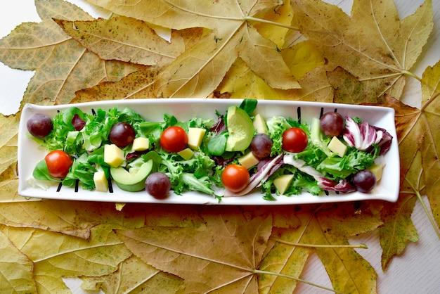 Salade de raisin à la tomate et à l'avocat