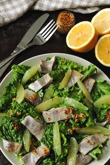 Salade de remise en forme saine au citron et au poisson.