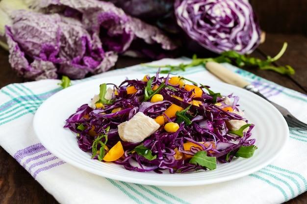 Salade de remise en forme vitaminée fraîche de chou rouge, poivrons, maïs, roquette. régimes végétaliens.
