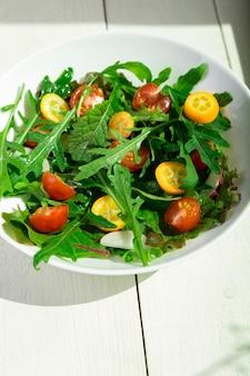 Salade de roquette fraîche avec kumquat et cerise tomate