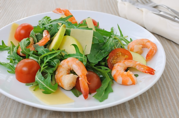 Salade de roquette et tomates cerises aux crevettes, tranches de pomme et parmesan