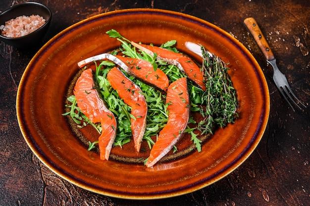 Salade de roquette et tranches de filet de saumon fumé