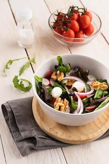 Salade saine à angle élevé dans un bol blanc