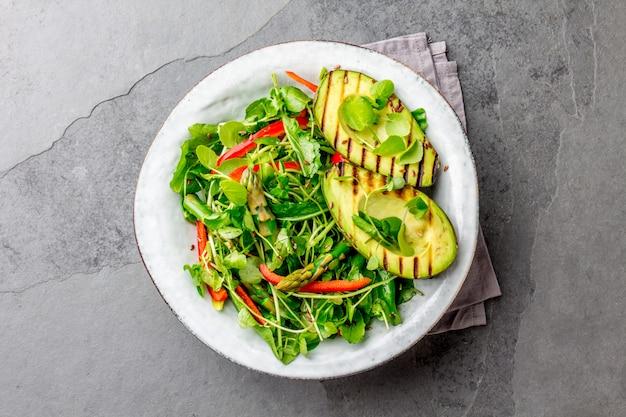 Salade saine d'avocat et d'asperges grillées aux graines de lin