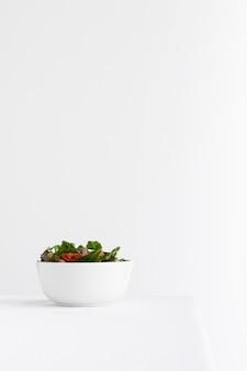 Salade saine dans un assortiment de bol blanc avec espace de copie
