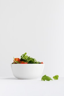 Salade saine dans une composition de bol blanc