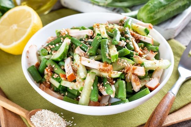Salade saine avec haricots verts, poulet et concombre. déjeuner copieux, savoureux