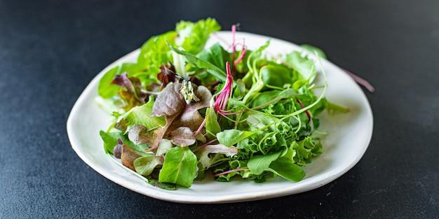 Salade saine de laitue et légumes collation de cuisinier de vitamines