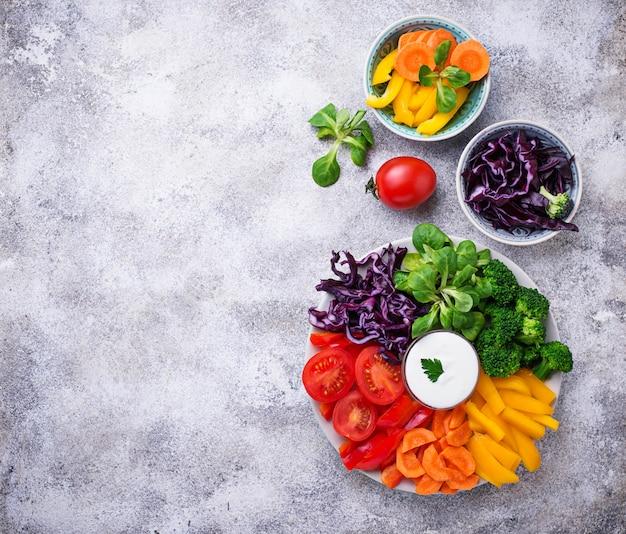 Salade saine de légumes arc-en-ciel