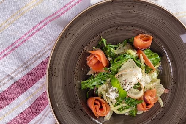 Salade saine de poisson rouge avec des feuilles de laitue mélangées