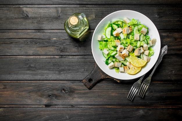Salade saine. salade de concombres, poulet et chou chinois versé au jus de citron.