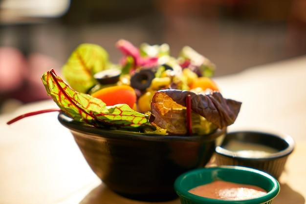 Une salade saine sur la table