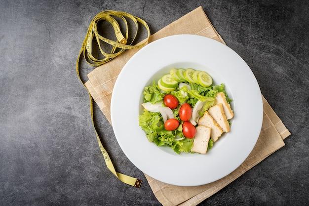 Salade. salade de légumes, salade de légumes frais avec concombre tomates oignons. vue de dessus, concept d'aliments propres