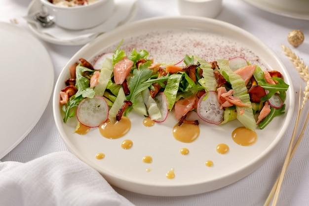 Salade de saumon aux champignons sur fond blanc