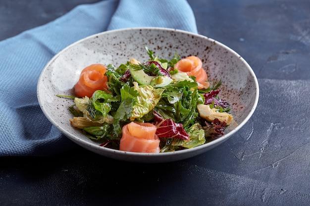 Salade de saumon aux épinards, salade de maïs, petits épinards, menthe fraîche et basilic. nourriture faite maison. concept pour un repas savoureux et sain.