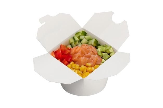 Salade de saumon aux légumes dans une boîte en papier blanc livraison de plats préparés en gros plan studio shot