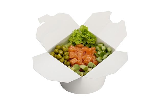 Salade de saumon aux légumes dans une boîte en papier