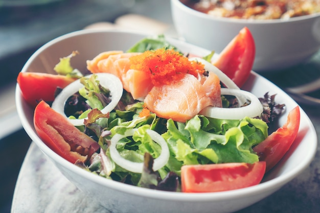 Salade de saumon aux légumes sains