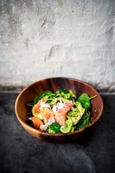 Salade de saumon à l'avocat nourriture saine dans un style rustique