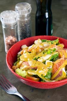 Salade de saumon sur un bol rouge