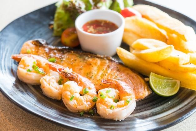 Salade de saumon et de crevettes grillées