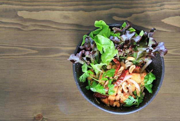 Salade de saumon épicée frite de légumes et d'herbes