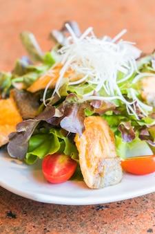 Salade de saumon frit