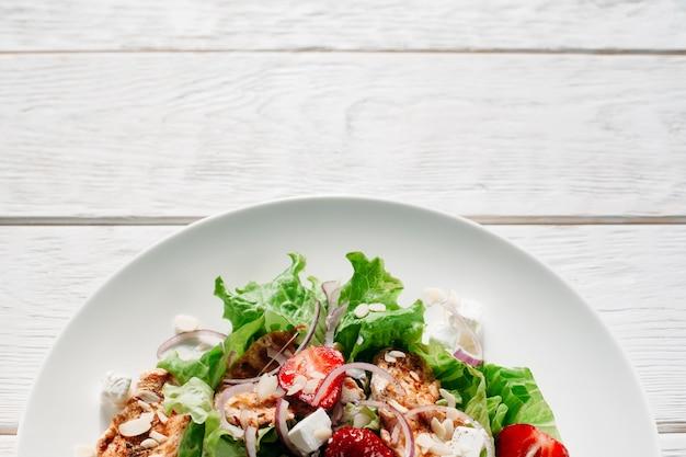 Salade savoureuse au poulet fraise et feta