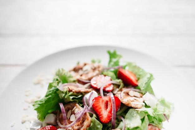 Salade savoureuse au poulet fraise et mozzarella