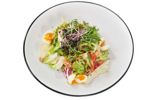 Salade savoureuse aux légumes verts et oeufs