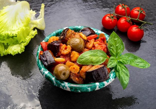 Salade sicilienne traditionnelle caponata à base d'aubergine