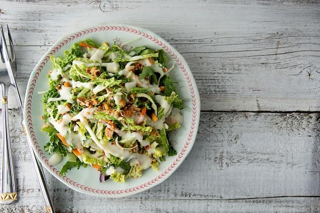 Salade sweet kale - salade végétarienne saine avec chou, œufs, légumes verts, carottes et mayonnaise.