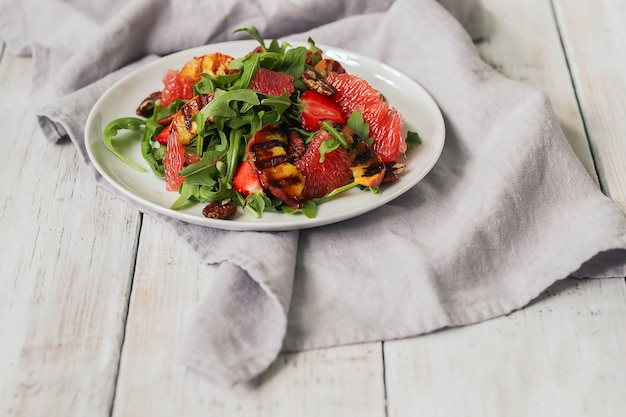Salade sur table blanche