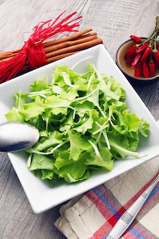 Salade sur table en bois