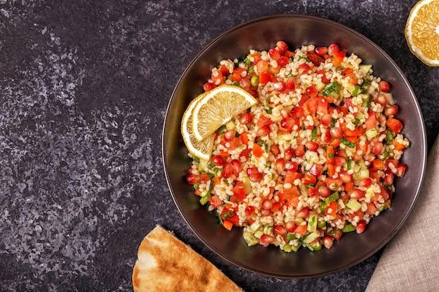 Salade de taboulé, plat traditionnel du moyen-orient ou arabe