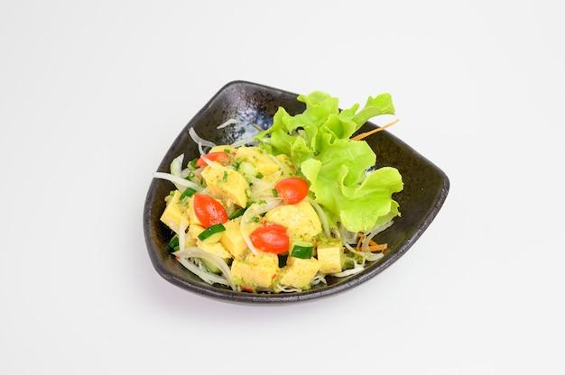 Salade de tamago à la sauce épicée
