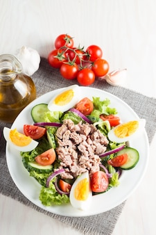 Salade de thon au poisson frais à base de tomate, ruccola, thon, œufs, roquette, craquelins et épices.