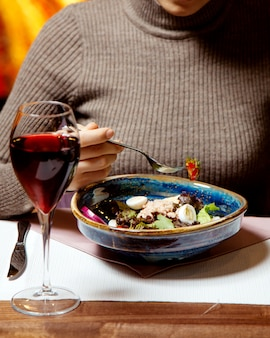 Salade de thon aux oeufs et un verre de vin