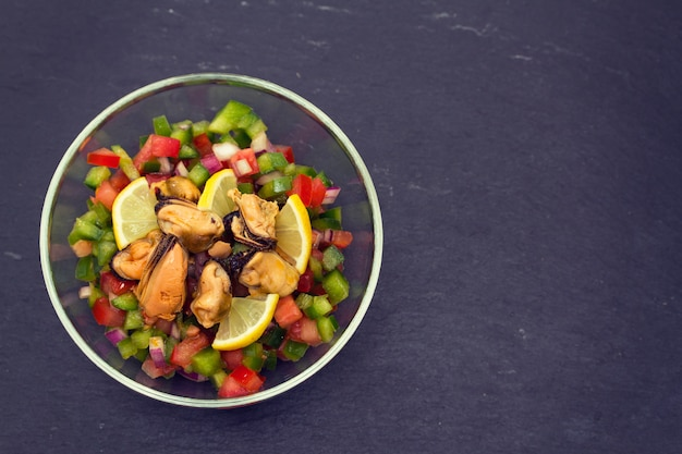 Salade de thon aux tomates et au poivre dans un bol